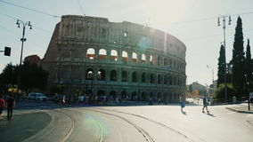 Roma, Italia, junio de 2017: El tráfico de coches y de peatones en Roma contra la perspectiva del Colosseum famoso En almacen de metraje de vídeo