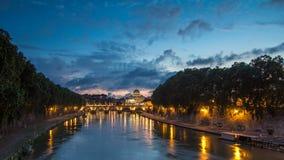 Roma, Italia: La basílica de San Pedro, santo Angelo Bridge y río de Tíber después del día de la puesta del sol al timelapse de l almacen de video