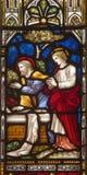 ROMA, ITALIA: La visita de Peter y de Juan a la tumba vacía en el vitral de todo el Saints& x27; Iglesia Anglicana fotos de archivo
