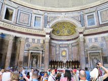 19 06 2017, Roma, Italia: los turistas admiran el interior y la bóveda del th Imagen de archivo libre de regalías