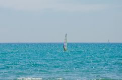 ROMA, ITALIA - LUGLIO 2017: Il ragazzo va fare windsurf sul mar Tirreno vicino a Ostia, Italia Fotografia Stock Libera da Diritti