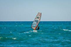 ROMA, ITALIA - LUGLIO 2017: La ragazza va fare windsurf sul mar Tirreno vicino a Ostia, Italia Immagine Stock