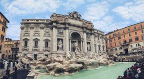 Roma Italia - november8,2016: grande número de atração turística à fonte uma do Trevi da maioria de destino de viagem popular den imagem de stock royalty free