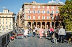 Roma, Italia - octubre de 2015: Los turistas caminan sobre los puentes y las calles de Roma antigua en un día soleado del otoño Fotos de archivo libres de regalías