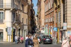 Roma, Italia - octubre de 2015: Los turistas caminan sobre los puentes y las calles de Roma antigua en un día soleado del otoño Fotografía de archivo libre de regalías