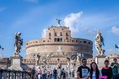 Roma, Italia - octubre de 2015: Turistas que caminan y fotografiados en las vistas históricas en el puente de Eliyev sobre el río Foto de archivo libre de regalías
