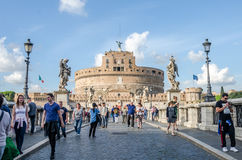 Roma, Italia - octubre de 2015: Turistas que caminan y fotografiados en las vistas históricas en el puente de Eliyev sobre el río Fotografía de archivo libre de regalías
