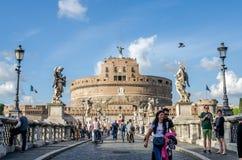Roma, Italia - octubre de 2015: Turistas que caminan y fotografiados en las vistas históricas en el puente de Eliyev sobre el río Imagenes de archivo