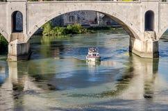 Roma, Italia - ottobre 2015: I turisti pensionati anziani dei nonni passeggiano la guida durante un giro in barca sul fiume il Te Immagine Stock