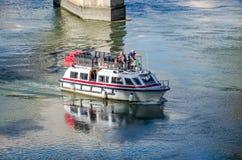 Roma, Italia - ottobre 2015: I turisti pensionati anziani dei nonni passeggiano la guida durante un giro in barca sul fiume il Te Fotografie Stock Libere da Diritti