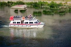 Roma, Italia - ottobre 2015: I turisti pensionati anziani dei nonni passeggiano la guida durante un giro in barca sul fiume il Te Fotografie Stock