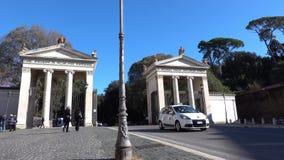 ROMA, Italia, Piazzale Flaminio con la entrada histórica del chalet Borghese y taxis