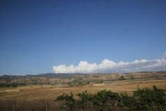 Roma, Italia - 2 settembre 2017: Bello prato dell'erba sul cielo blu e sulla nuvola fotografia stock libera da diritti