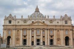 Roma, Italia - 2 settembre 2017: Quadrato della basilica di bello St Peter sul cielo blu e sulla nuvola fotografie stock libere da diritti