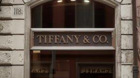 ROMA, ITALIA - 15 SETTEMBRE 2015: Segno del negozio di gioielli di Tiffany archivi video