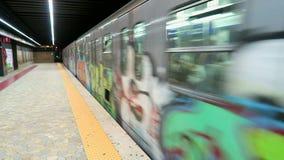 Roma Italia, treno che lascia la stazione della metropolitana di estremità stock footage