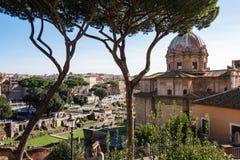 ROMA, Italia: Vista scenica di Roman Forum, del romano di Foro e della st antichi Joseph Church immagini stock libere da diritti