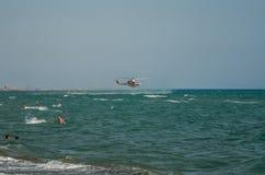 ROMA, ITALIE - JUILLET 2017 : L'hélicoptère de sapeur-pompier pendant l'opération de sauvetage recueille l'eau la mer tyrrhénienn Image libre de droits