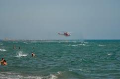 ROMA, ITALIE - JUILLET 2017 : L'hélicoptère de sapeur-pompier pendant l'opération de sauvetage recueille l'eau la mer tyrrhénienn Image stock