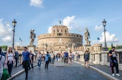 Roma, Italie - octobre 2015 : Touristes marchant et photographiés aux vues historiques sur le pont d'Eliyev au-dessus de la riviè Photographie stock libre de droits