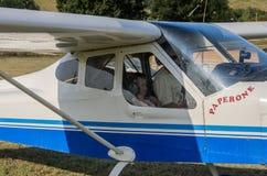 ROMA ITALIEN - AUGUSTI 2018: Ett erfaret barn för pilot och lite flickapå rodern av ettmotor flygplanTecnam P92-S eko royaltyfri foto