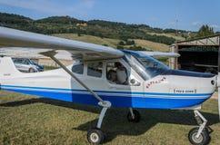 ROMA ITALIEN - AUGUSTI 2018: Ett erfaret barn för pilot och lite flickapå rodern av ettmotor flygplanTecnam P92-S eko arkivbild