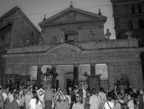 ROMA ITALIEN - JULI 2017: Troenden vallfärdar samlat framme av kyrkan på en religiös festival arkivbilder