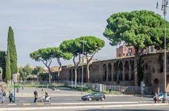 Roma Italien - Oktober 2015: En stor folkmassa av gångareturister passerar till och med en övergångsställe en upptagen gata med t Royaltyfri Fotografi