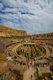 ROMA, ITÁLIA - 13 DE JUNHO DE 2015: Foto vertical de Roman Coliseum, da vista interna e dos povos visitando este patrimônio mundi Imagem de Stock