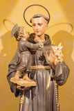Roma - la estatua tallada de St Anthony de Padua en el del Sacro Cuore de Chiesa di Nostra Signora de la iglesia del artista desc Imágenes de archivo libres de regalías