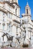 Roma - la fontana Fontana del Moro da Giacomo della Porta 1575 sulla piazza su Navona e barocco Santa Agnese in Agone Fotografia Stock