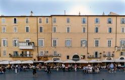 Roma, Lazio, Itália 25 de julho de 2017: Terraços das barras completamente do peop Fotos de Stock Royalty Free