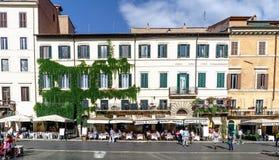Roma, Lazio, Itália 25 de julho de 2017: Terraços das barras completamente do peop Foto de Stock Royalty Free