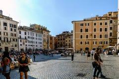 Roma, Lazio, Itália 25 de julho de 2017: Terraços das barras e das casas mim fotografia de stock