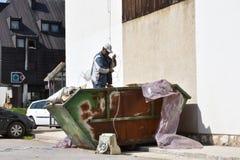 Roma mężczyzna bierze out disposed elektronika od śmieci zdjęcie royalty free