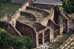 Roma, o fórum romano Ruína velha Silhueta do homem de negócio Cowering Imagem de Stock Royalty Free