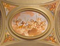 ROMA: O fresco simbólico dos anjos com as flores no teto da nave lateral em di Santi Giovanni e Paolo da basílica da igreja fotos de stock royalty free