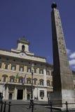 Roma - palacio y obelisco de Montecitorio Imágenes de archivo libres de regalías