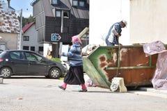 Roma para bierze out disposed elektronika od śmieci obraz royalty free