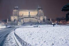 Roma: Piazza Venezia, l'altare della patria con neve Immagini Stock Libere da Diritti