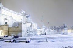 Roma: Piazza Venezia, l'altare della patria con neve Fotografia Stock Libera da Diritti