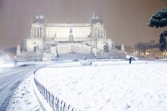 Roma: Piazza Venezia, l'altare della patria con neve Immagine Stock Libera da Diritti