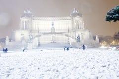 Roma: Piazza Venezia, l'altare della patria con neve Immagine Stock