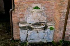 Roma secreta, una fuente romana típica hermosa foto de archivo