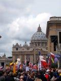 ROMA, VATICANO - 27 de abril de 2014: El cuadrado de San Pedro, un celebratio foto de archivo