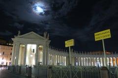 Roma Vaticano junho de 2016 Entrada da noite da multidão de St Peters com sinal à porta santamente Foto de Stock Royalty Free