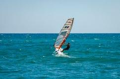 ROMA WŁOCHY, LIPIEC, - 2017: Dziewczyna iść windsurfing na Tyrrhenian morzu blisko Ostia, Włochy zdjęcia stock