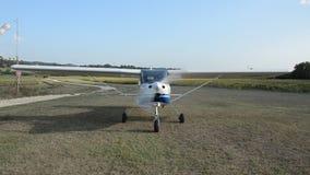 ROMA WŁOCHY, SIERPIEŃ, - 2018: Pilot zaczyna śmigło na silnika samolocie przed odlotem przy opierającym się lotniskiem zdjęcie wideo