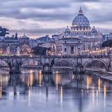 Roma y el río Tíber en la oscuridad Imágenes de archivo libres de regalías