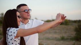 Romaans Concept, Jong Paar die, die en een hartvorm met hun handen aughing maken stock footage